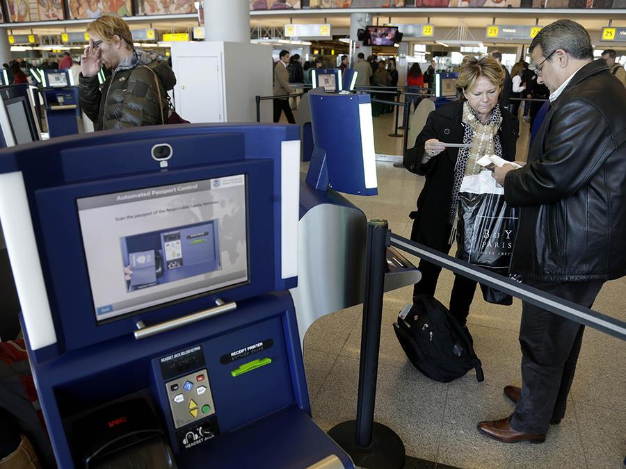 Pasajeros utilizan una máquina automatizada para chequear sus apsaportes en el aeropuerto John F. Kennedy, en New York.