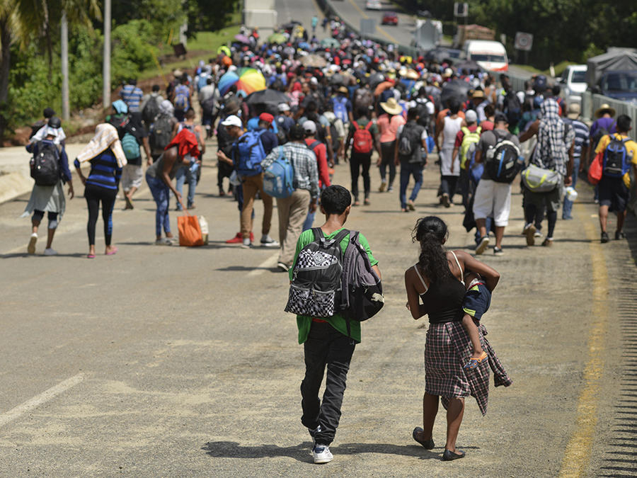 Cientos de migrantes caminan en una carretera de Tapachula, en México, buscando llegar a suelo estadounidense.
