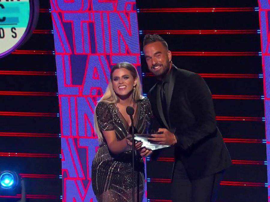 Erasmo en los Latin AMAs diciendo un ganador