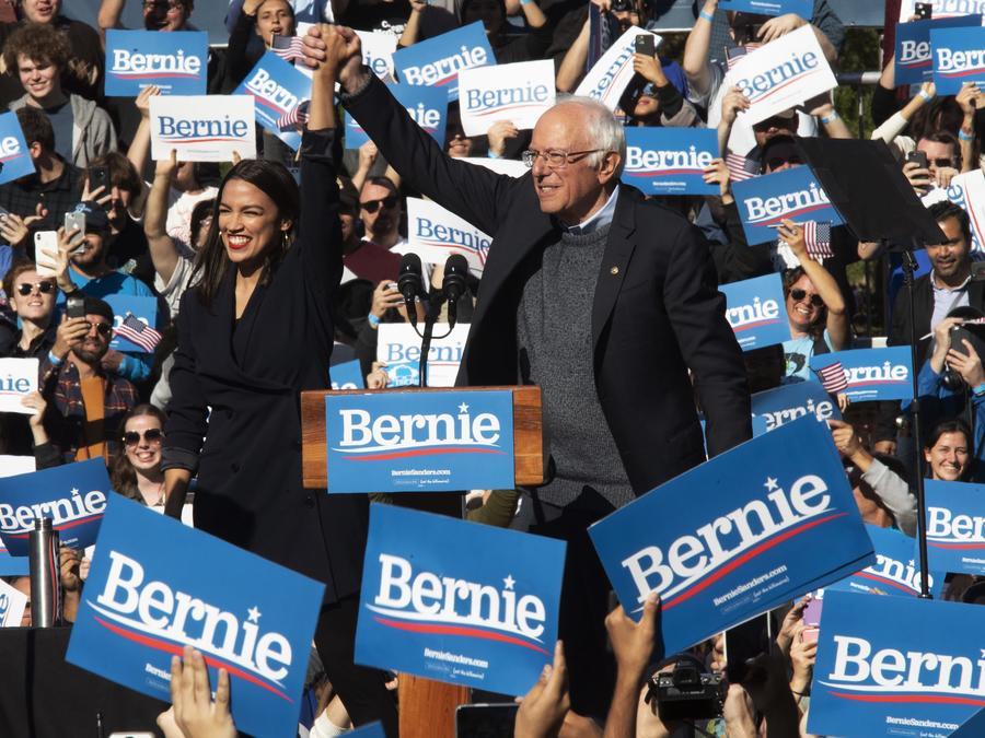 La congresista Alexandria Ocasio-Crotez (izq.) y el senador Bernie Sanders
