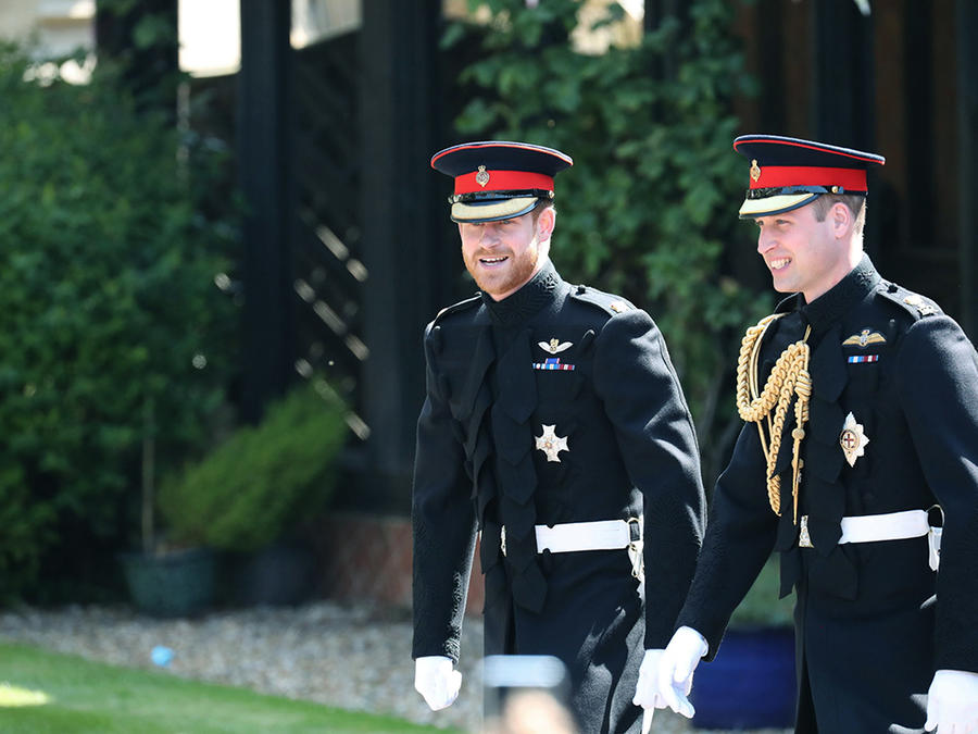 El príncipe Harry camina junto a su hermano, el príncipe William en el Castillo de Windsor, cerca de Londres.