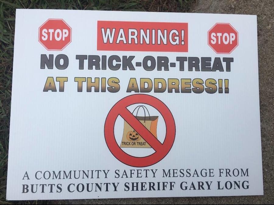 Imagen de los carteles colocados en los jardines de los agresores sexuales registrados en Georgia.