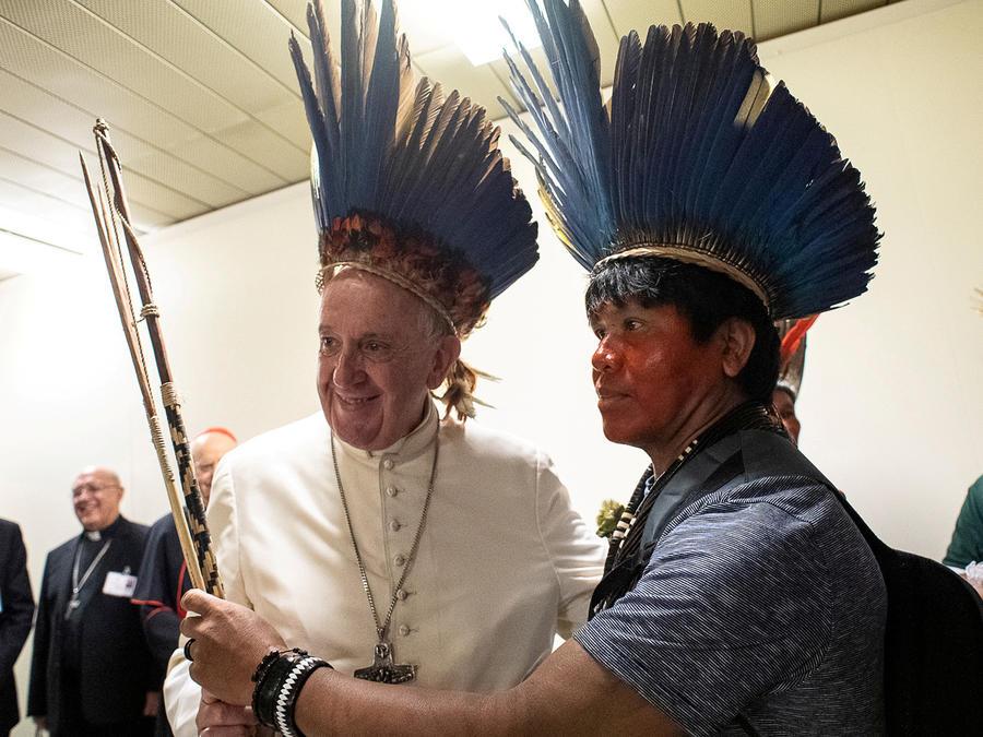 El papa recibe a indígenas del Amazonas en una imagen de archivo