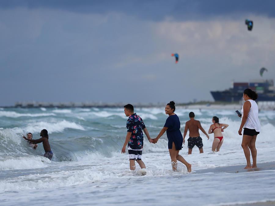 Varias personas disfrutan de la playa en Miami Beach, en la Florida.