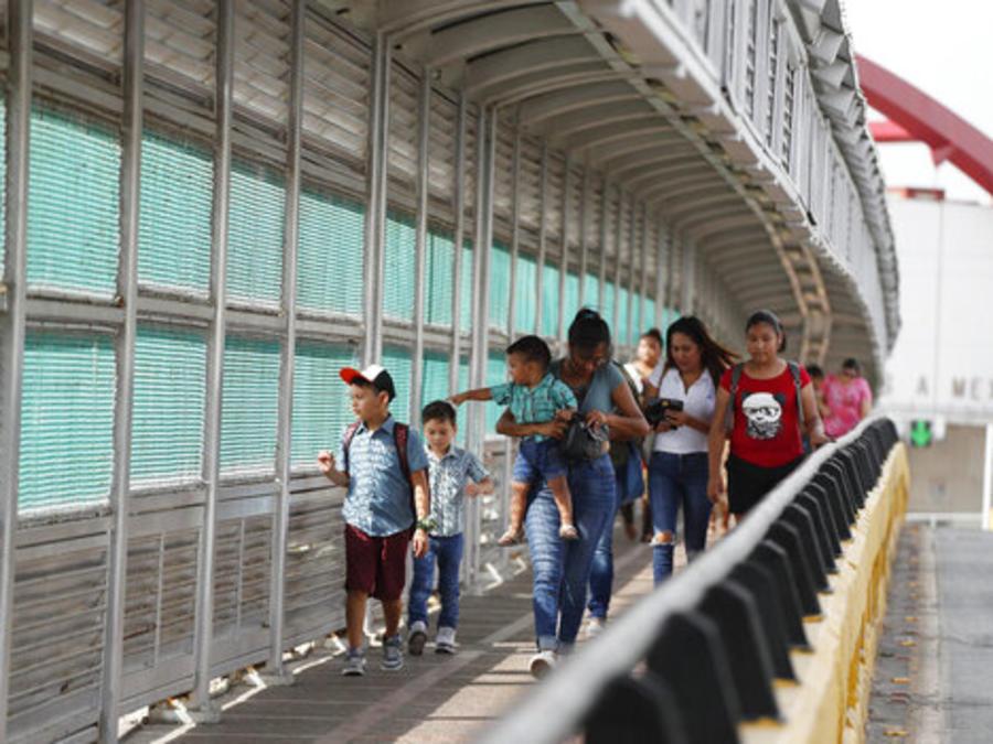 Personas con visas entran en EEUU desde México por el paso fronterizo de Matamoros, enel estado de Tamaulipas.