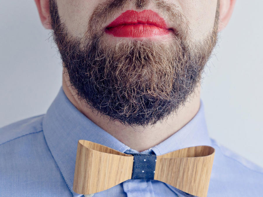 Hombre con labios pintados