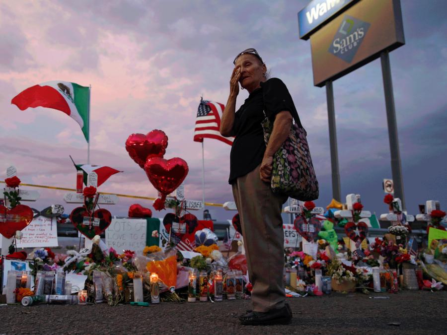 Una mujer llora frente al memorial improvisado cerca de la escena del tiroteo en el Walmart de El Paso, Texas.
