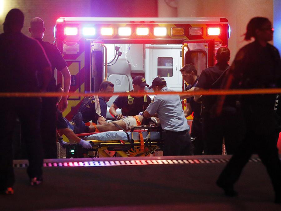 Un equipo de paramédicos atiende la escena de un tiroteo en Texas. (Imagen de archivo)