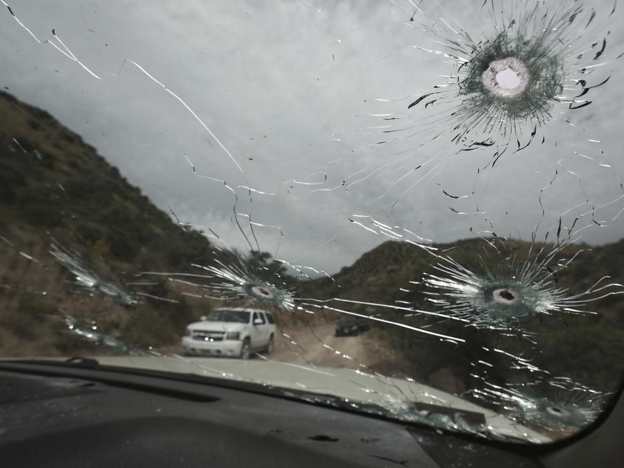 Uno de los vehículos con marcas de balas en los que viajaba la familia extendida LeBarón
