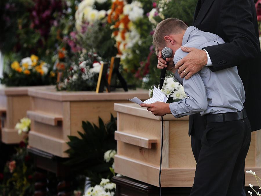 Un familiar de las víctimas de la masacre en Sonora durante el funeral en el poblado de La Mora.