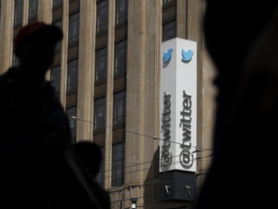 Peatones pasan cerca de la sede de Twitter en San Francisco, California.