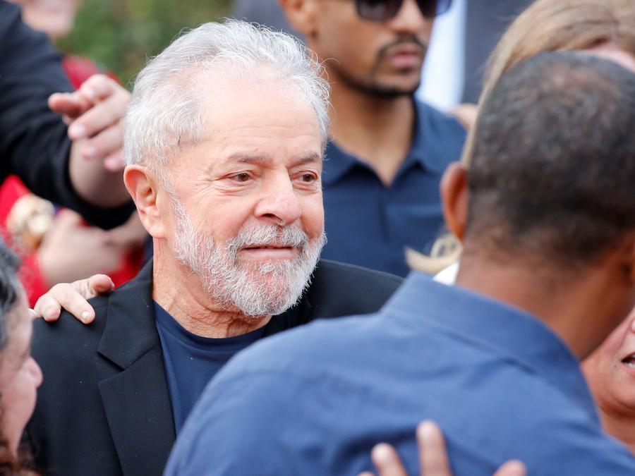 El expresidente brasileño Luiz Inácio Lula da Silva (c), sale de la cárcel donde cumplía una condena por corrupción desde hacía 1 año y 7 meses, en la ciudad de Curitiba (Brasil), tras una decisión de la Corte Suprema