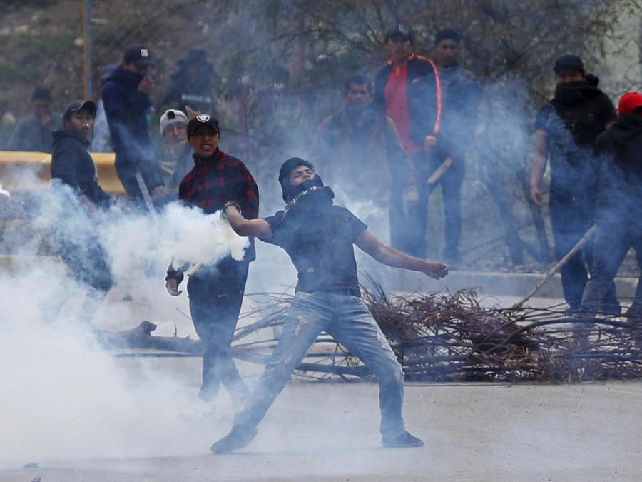 Manifestantes que apoyan a Evo Morales se enfrentaron hoy con la Policía en La Paz, un día después que el exmandatario anunciara su renuncia.