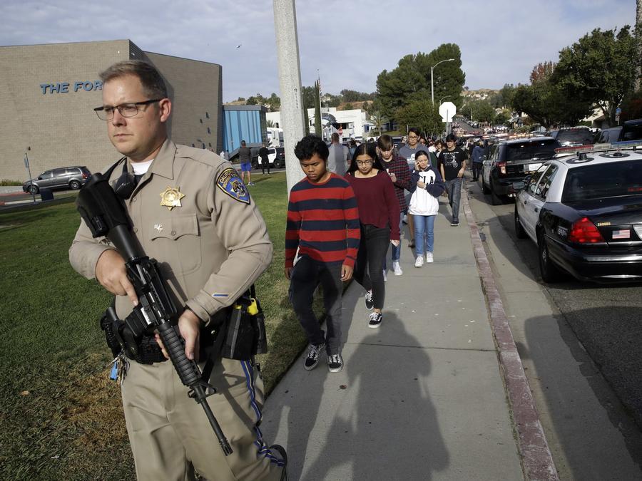 Estudiantes de la escuela secundaria Saugus son escoltados por policías tras un tiroteo