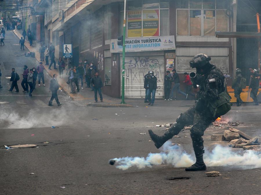 Imagen de los choques de este miércoles entre manifestantes y policía en La Paz, capital de Bolivia.