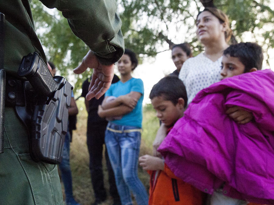 Un oficial de control fronterizo dialoga con inmigrantes en el valle de Río Grande, Texas, en agosto de 2019.