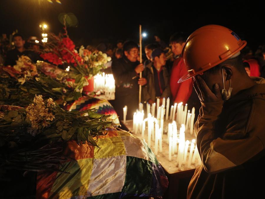 Partidarios del expresidente boliviano Evo Morales velan a sus compañeros que murieron durante las protestas en Sacaba
