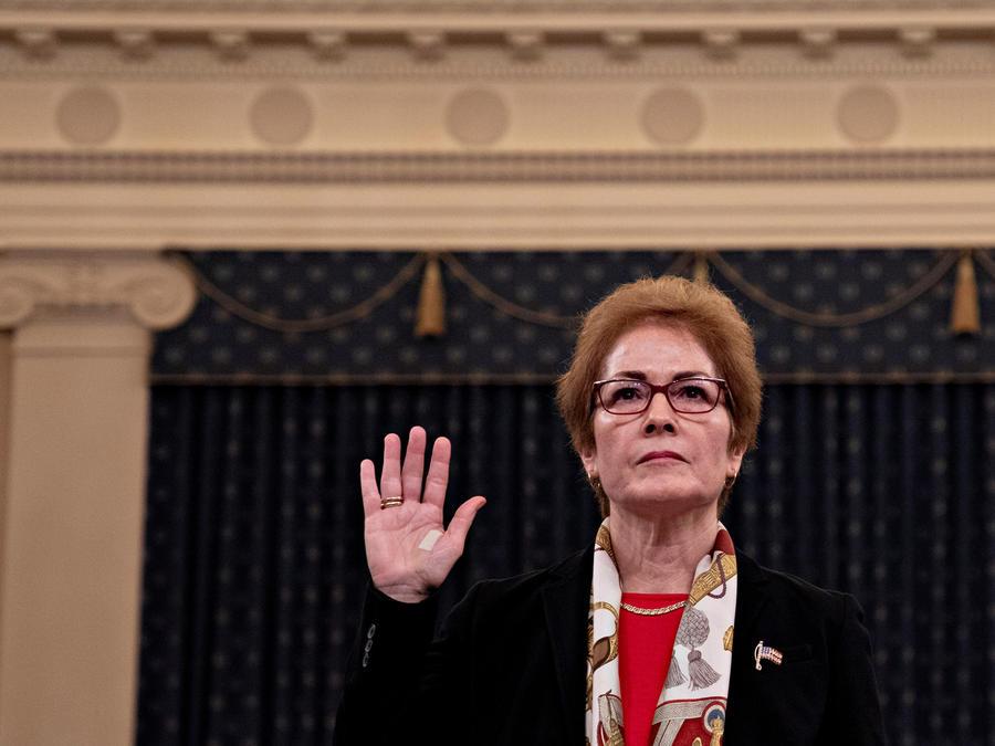 La exembajadora de Estados Unidos en Ucrania Marie Yovanovitch al iniciar la segunda jornada de audiencias públicas de una investigación que podría conducir a un juicio político del presidente Donald Trump este viernes