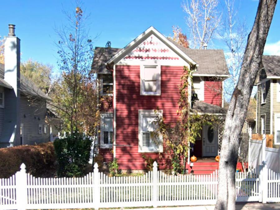 El propietario de la guardería Play Mountain Place está siendo investigado después de que 26 niños, todos menores de 3 años, fueron encontrados detrás de una pared falsa en el sótano del propietario.