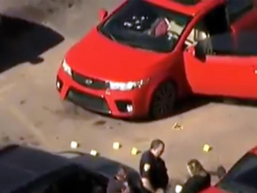 Imagen aérea del vehículo atacado con disparos a las afueras de un Walmart, en Duncan, Oklahoma.