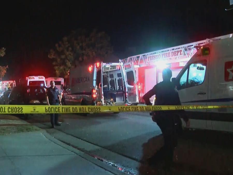 Escena del crimen de un tiroteo que dejó este domingo a al menos cuatro muertos y seis heridos en Fresno, California.