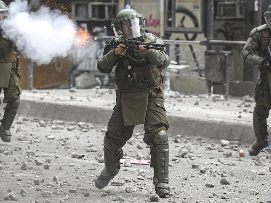 Policías chilenos se enfrentan a los manifestantes lanzando gases lacrimógenos y perdigones.