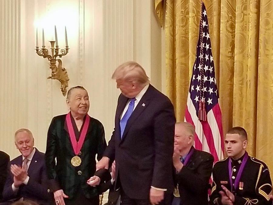 """La tejana Teresa Lozano Long figuró entre los galardonados con la """"Medalla Nacional de las Humanidades"""" en una ceremonia en la Casa Blanca"""