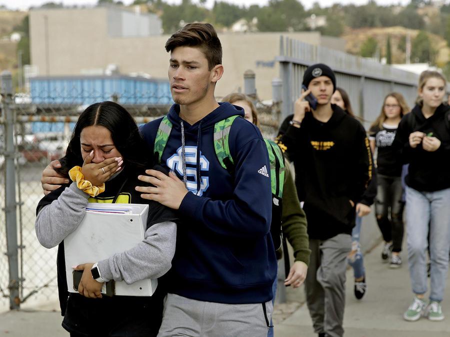 Estudiantes de la escuela secundaria Saugus fueron evacuados tras el tiroteo donde murieron dos de sus compañeros.