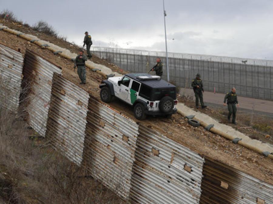 Agentes fronterizos en un punto de la frontera sur en California (imagen de archivo).
