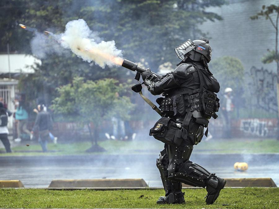 Un oficial de policía antidisturbios del Esmad dispara gases lacrimógenos contra los manifestantes en Bogotá, Colombia, el jueves 21 de noviembre de 2019.