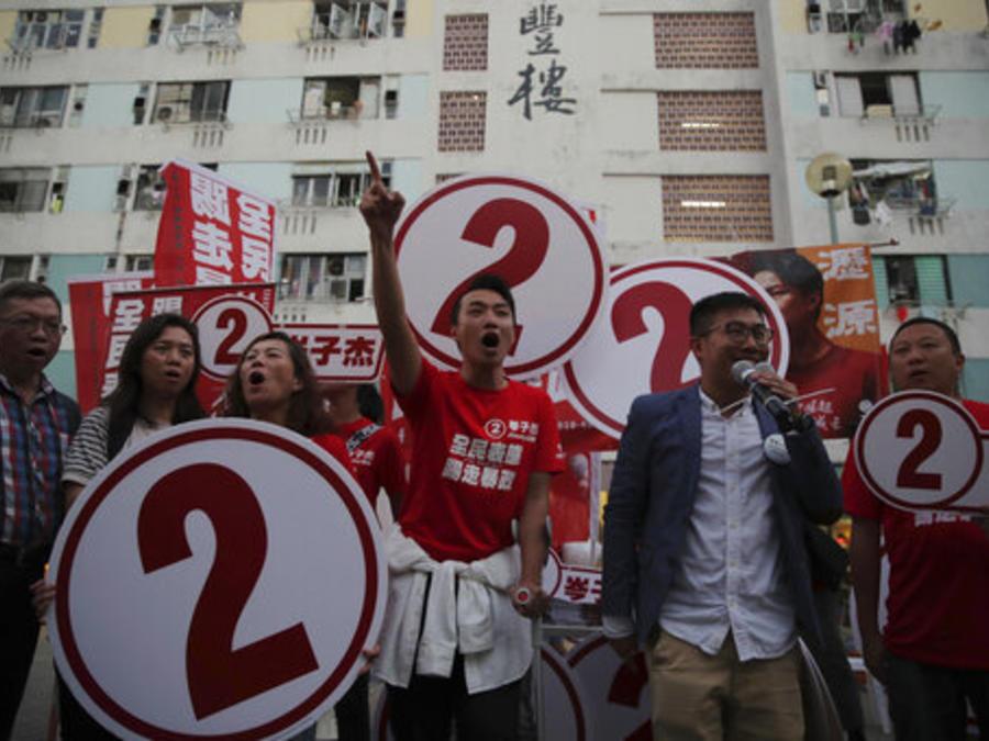 El candidato pro-demócrata Jimmy Sham, en el centro, este domingo en un acto de campaña con su partidarios en hong Kong.