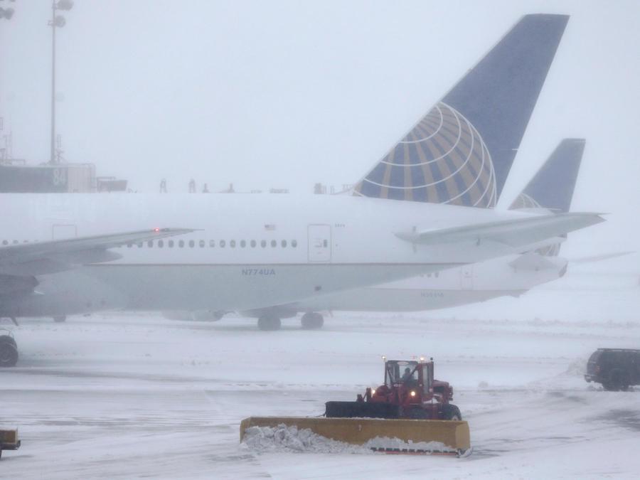 Nieve en un aeropuerto de Nueva Jersey