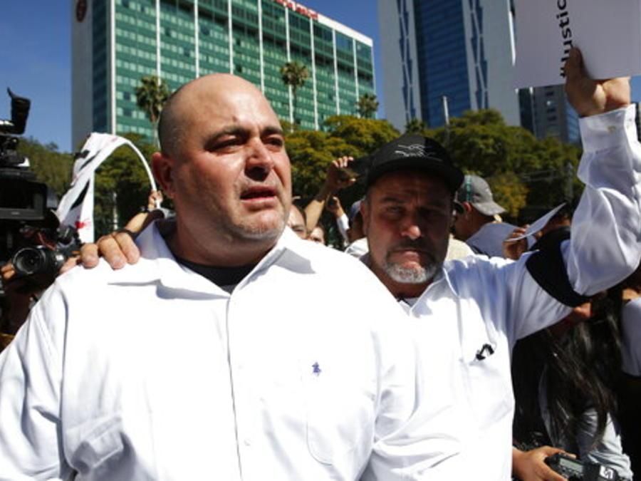 Julian y Adrian LeBarón (izquierda y derecha), miembros de la comunidad mormona atacada en noviembre en México, este domingo en la capital de ese país.