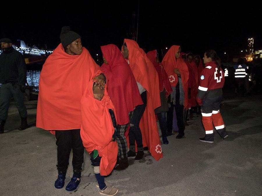 Migrantes rescatados en una playa por autoridades españolas, en una foto de archivo.