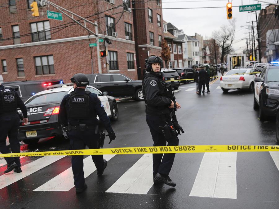 Policias de Nueva York llegan a la escena del tiroteo en Jersey City