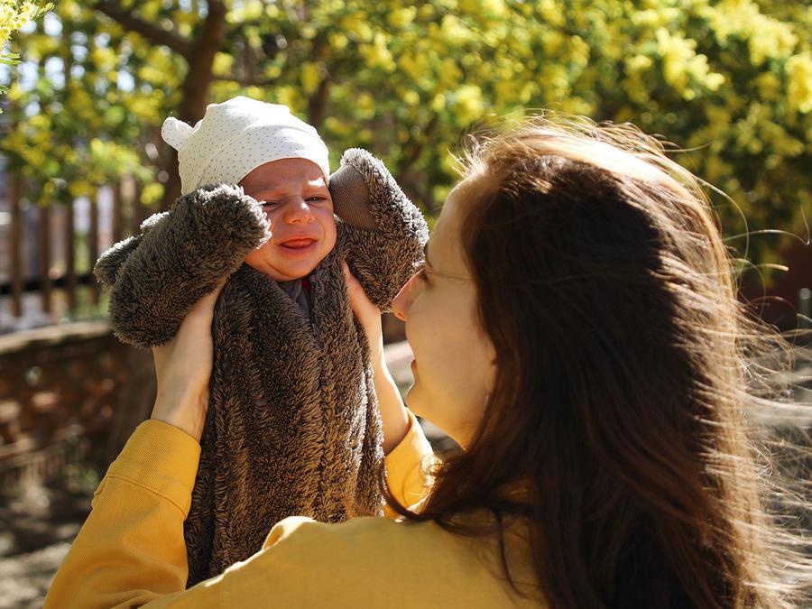 Mamá cargando bebé