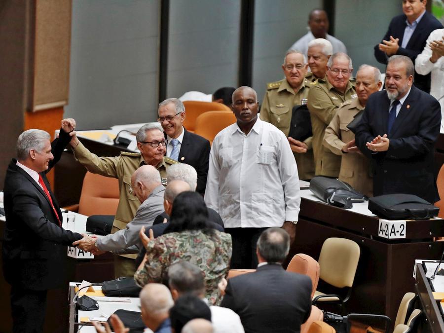 Miguel Díaz-Canel (a la izquierda) y Raúl Castro  reciben aplausos este sábado bajo la mirada del nuevo primer ministro de la isla, Manuel Marrero (el último a la derecha).