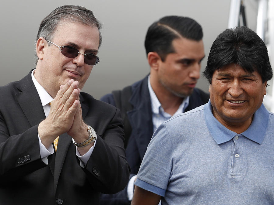 El canciller mexicano Marcelo Ebrard junto al expresidente de Bolivia Evo Morales.