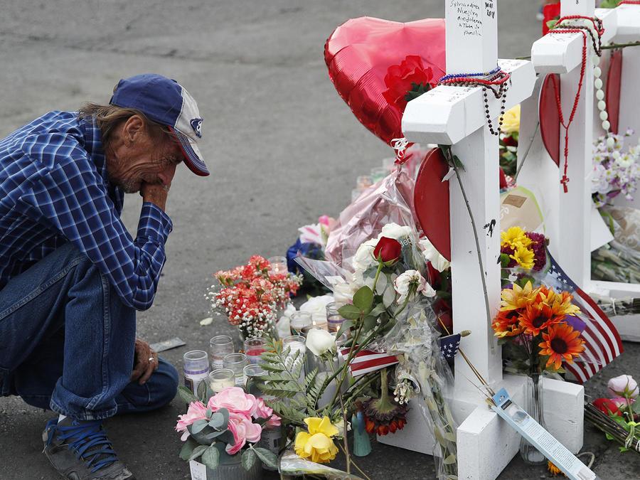Un hombre llora ante un memorial a las víctimas del tiroteo en El Paso, Texas.
