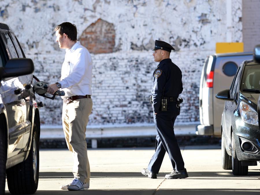 Un agente de policía patrulla una gasolinera en la ciudad de Nueva York, en una imagen de archivo.