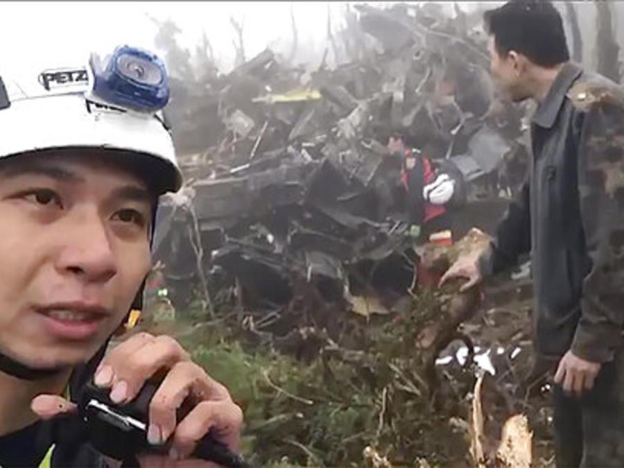 Personal de rescate en el sitio donde se estrelló el helicóptero en el que viajaba el jefe militar de Taiwán.