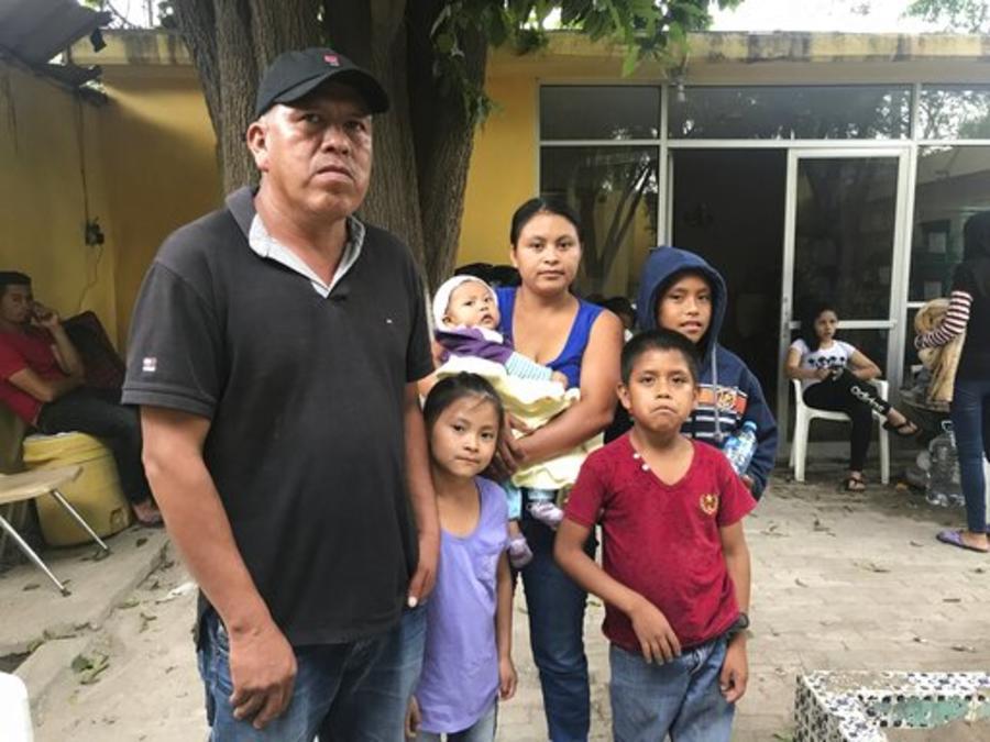 Una familia inmigrante espera en Piedras Negras, México, para solicitar asilo en EEUU