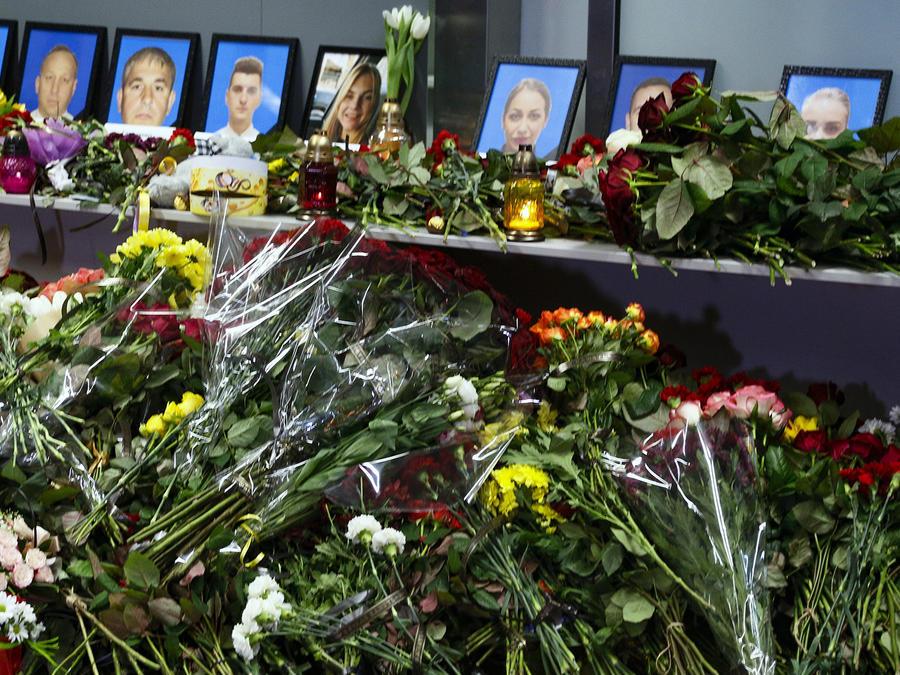 Un memorial a las víctimas en el aeropuerto de Kiev.