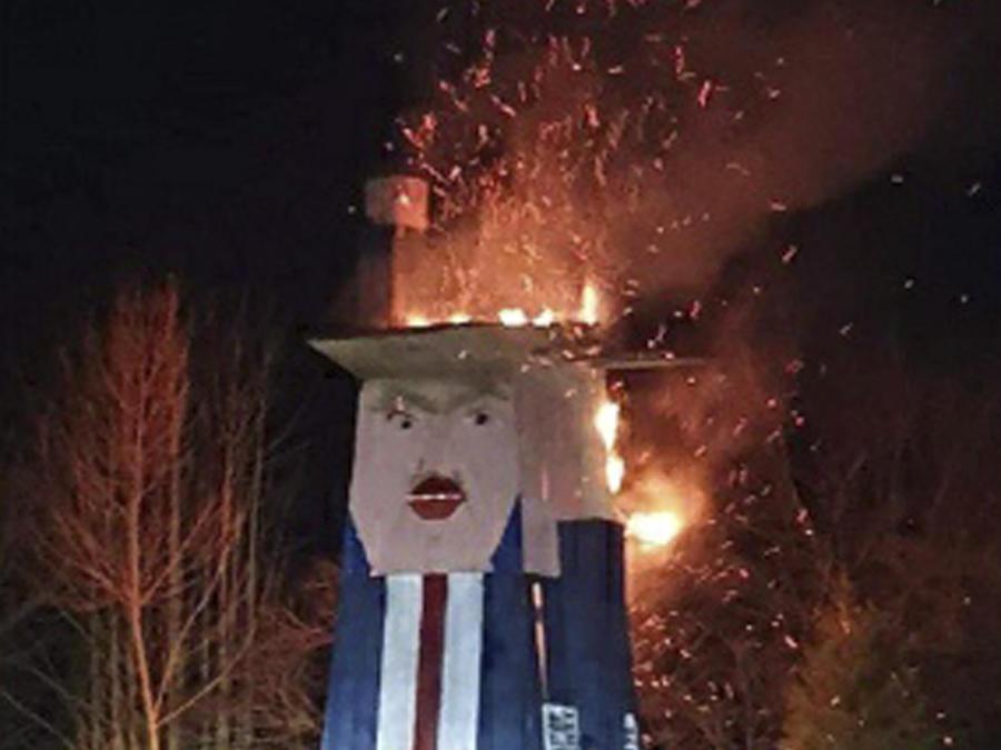 En esta foto proporcionada por el municipio de Moravce, una escultura de madera que se asemeja al presidente estadounidense Trump arde en Moravce, Eslovenia, el jueves 9 de enero de 2020.
