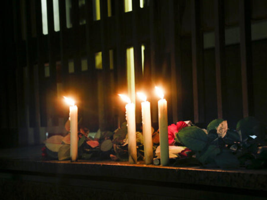 """Velas y flores en recuerdo de los pasajeros fallecidos de un avión ucraniano que Irán derribó """"por error""""."""