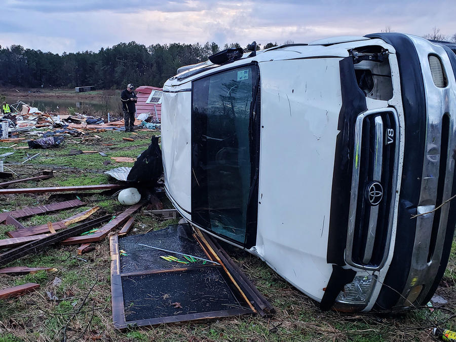 Vehículos y casas dañadas en una imagen de la policía de Bossier Parish, Louisiana.