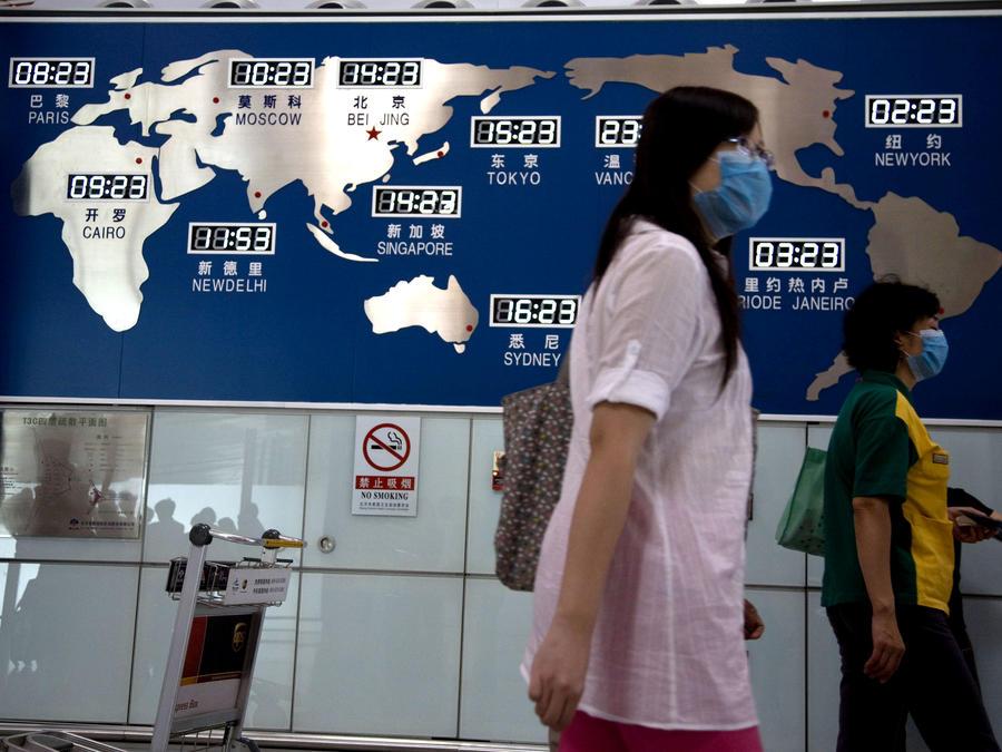 Personas utilizando cubrebocas en un aeropuerto en China