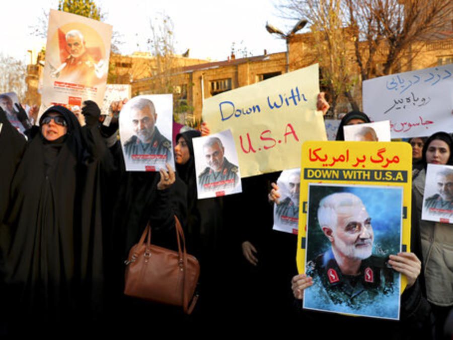 Manifestantes muestran este domingo en Teherán carteles y eslóganes en apoyo al general iraní Qassem Soleimani y contra Estados Unidos.