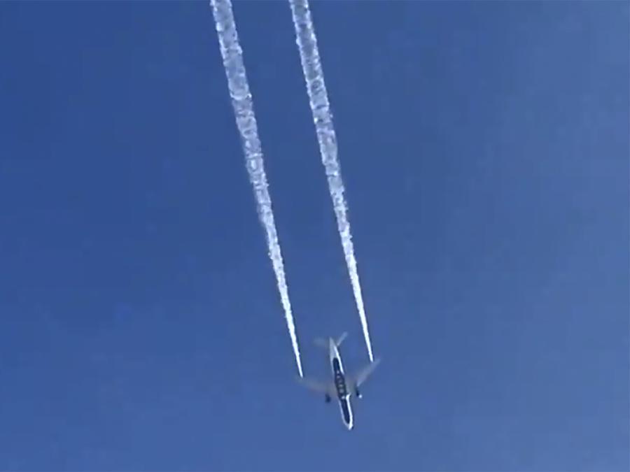Avión rocía combustible sobre Los Ángeles