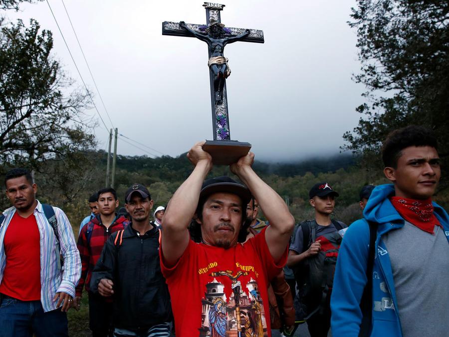 Integrantes de la primera caravana de 2020 caminan por territorio guatemalteco.